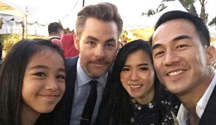 Joe Taslim dan keluarga foto bareng Chris Pine